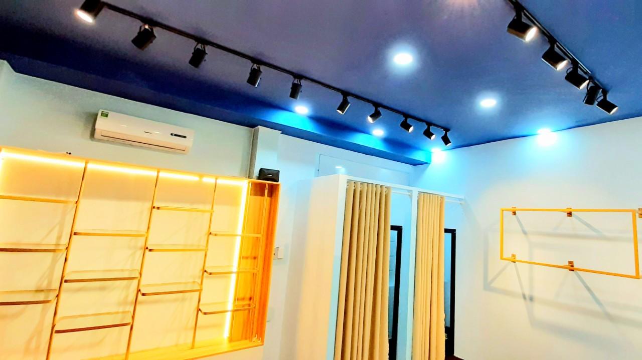 Đèn rọi ray dùng trong shop thời trang  | nguonsangxanh.com